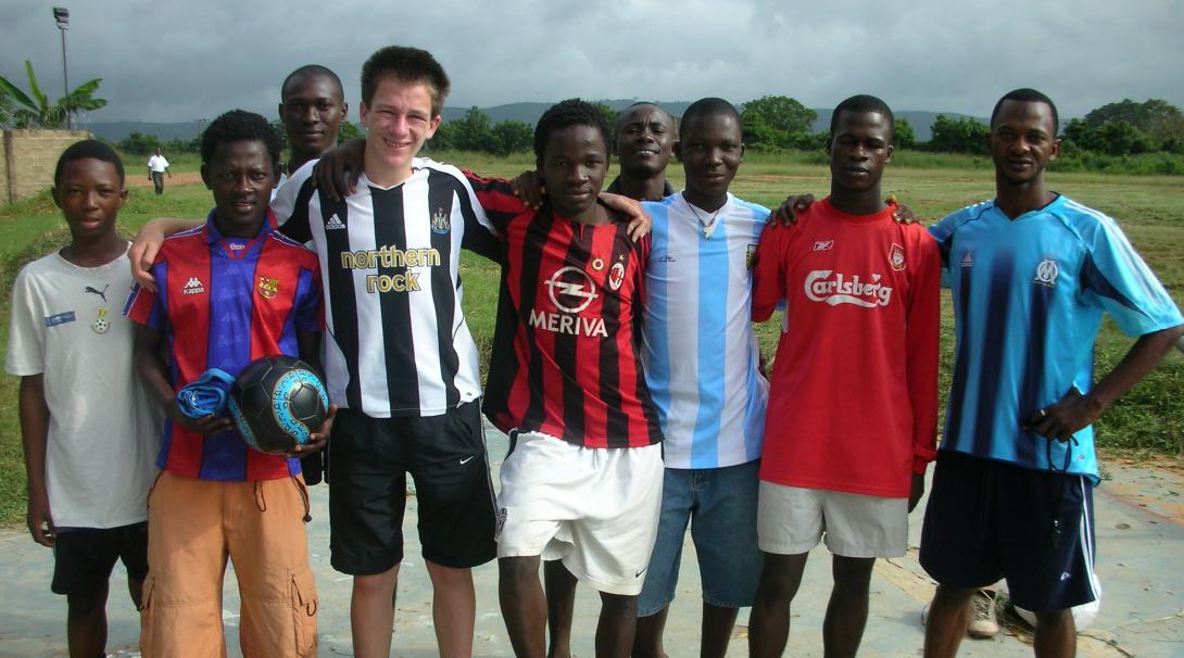 Voluntarios preparando sesiones de entrenamiento de fútbol en Ghana.